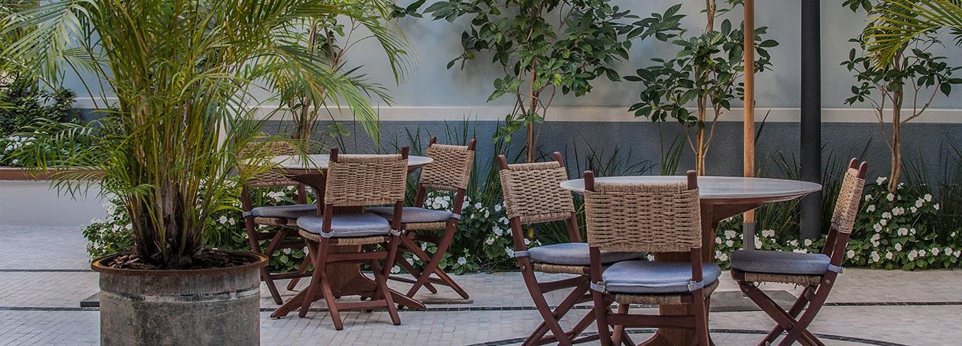 פינות ישיבה בחצר המלון